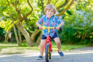 Kind glücklich mit Laufrad